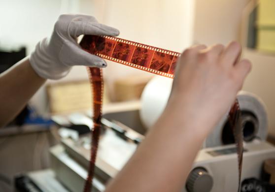 Elke film die bij ons wordt gescanned,  wordt per beeld handmatig gecontroleerd en gecorrigeerd op kleur en densiteit